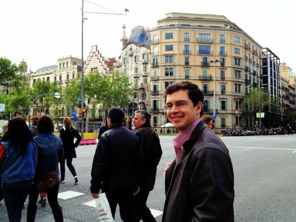 Christopher Paolini caminando por Barcelona con la Casa Batllò de Gaudí de fondo.