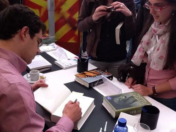 Christopher Paolini firmando libros en su stand para Sant Jordi en 2012.